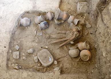 Un área de casi una hectárea alojaba entierros, material cerámico y vestigios de antiguas estructuras habitacionales. Foto cortesía Lourdes López INAHJPG