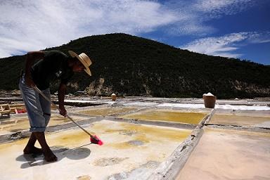 Sistemas para la extracción de sal. Foto Mauricio Marat INAH
